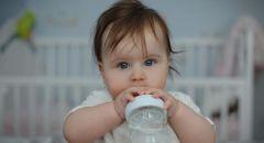 لماذا يشكل شرب الرضع الماء خطرا على حياتهم حتى لو كان الطقس حارا؟
