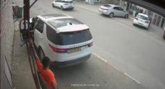 توثيق فيديو لشاب يقفز الى سيارة ويوقفها بعد انزلاقها ويمنع وقوع كارثة في طمرة