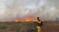 اندلاع حريق كبير في منطقة اشواك وعريه بالقرب من مدينة العاد