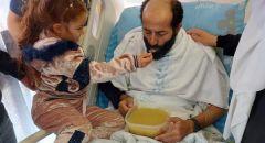 بالفيديو: ابنة الأسير ماهر الأخرس تناوله الطعام بعد103 ايام من تعليق اضرابه