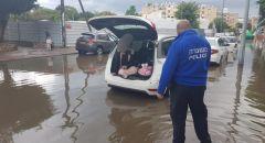 بالفيديو والصور : مياه الامطار تغرق عدة شوارع في البلاد وتوجيهات من سلطة الاطفاء والانقاذ
