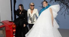 """""""جيجي وبيلا"""" ووالدتها.. أجمل نساء العالم في عرض أزياء بباريس"""