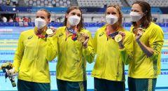 """لقطة """"ظريفة"""" أثناء توزيع الميداليات على السباحات الأستراليات في أولمبياد طوكيو"""