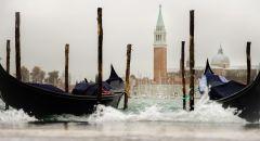 """العاصفة """"آليكس"""" تصل إلى إيطاليا والبندقية تخرج مصداتها الصفراء لأول مرة لتجنب الفيضانات"""
