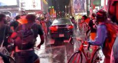 سيارة تدهس حشدا من المتظاهرين في نيويورك
