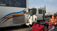 حادث طرق وقع بين شاحنة وحافلة على شارع 25 وتخليص عالقيّن