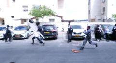 مواجهات مع الشرطة في بيتار عيليت وشرطي يلقي دلو على فتى