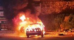 شبان يضرمون النار بإطارات في مدخل ام الفحم و رئيس البلدية يصل للمكان