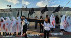 ام الفحم: احتجاجاً على الجريمة والعنف الطلاب يرتدون الاكفان ويحملون التوابيت امام محطة الشرطة