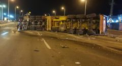 انقلاب شاحنة محملة بمواد خطرة في ديمونا والشرطة تعتقل السائق