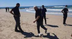 نتنياهو يستجم في شاطئ جسر الزرقاء ويلعب الكرة مع الشبان