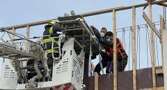 تخليص عالقين عن ارتفاع في  ورشة بناء في مدينة الخضيرة