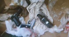الشرطة تضبط  مسدسين غير قانونيين مخبأين داخل مخزن في مدينة الخضيرة