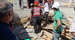 بئر السبع: تخليص عامل علق على سطح مبنى في ورشة بناء