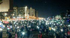 """المئات في مظاهرات """"نقف معا"""" احتجاجا على شح المساعدات الحكومية، وارتفاع نسبة البطالة في البلاد."""