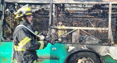 اندلاع حريق داخل حافلة يؤدي لانتشار النيران نحو حرش في حيفا
