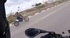مطاردة سائق دراجة نارية من رهط بشبهة السياقة بدون رخصة وبتهور وإصابة راكب الدراجة النارية بجراح
