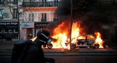 """فرنسا.. إصابة أكثر من 60 شرطيا واعتقال عشرات المتظاهرين في الاحتجاجات ضد قانون """"الأمن الشامل"""""""
