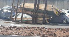 مفراتس حيفا ,, تضرر عدد من السيارات بسبب سقوط حمولة سيارة عليها