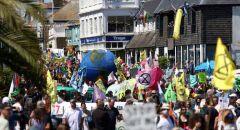 """مظاهرات واسعة أمام مركز الإعلام لقمة """"G7"""" في إنجلترا"""