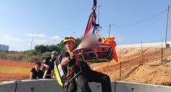 تخليص عامل من بئر في ورشة بناء في هرتسليا - اصابته خطيرة