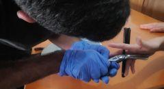 اللد: تخليص يد طفل بعد ان علقت بقطعة حديد