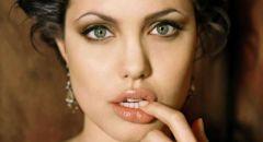 """أنجلينا جولي تبيع لوحة """"برج جامع الكتبية"""" التي أهداها تشرشل لروزفلت"""