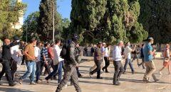 المستوطنون يقتحمون باحات الأقصى بحماية الشرطة ومواجهات واعتدءات على المصلين