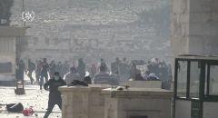 مواجهات عنيفة في المسجد الاقصى: اطلاق قنابل بكثافة ورشق حجارة ومئات الاصابات بالرصاص المطاطي وحالات اختناق في صفوف المصلين