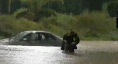 تخليص عالقين بعد غرق سيارة في اشكلون واليكم حالة الطقس