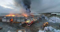 اندلاع حريق كبير داخل مخازن مصنع للورق في جنوب البلاد