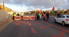 دير حنا: نصب حواجز على مداخل البلدة لإنجاح الإضراب والشرطة تفرّق الناشطين بقنابل الصوت والغاز