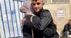 الطفل المقدسي عبد الله عبيد يودّع والدته أمام السجن ليقضي محكومية مدتها شهرين بتهمة إلقاء حجارة