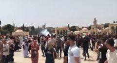 مواجهات بين المصلين وقوات الشرطة في أعقاب اقتحامها باحات المسجد الأقصى بعد أداء صلاة الجمعة