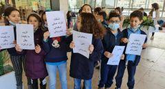 احتجاجاً على قرار الحكومة طلاب من مدينة ام الفحم يتعلمون في المجمعات التجارية