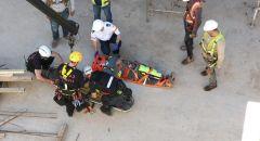 تخليص عامل سقط عن ارتفاع 6 امتار وعلق في بئر في نير عتسيون