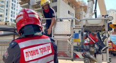 بيتح تكفا : طواقم الاطفاء والانقاذ تعمل على تخليص عامل سقط من علو كبير في ورشة بناء