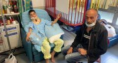 والد ضحية اطلاق النار في جلجولية يزور صديق ابنه المصاب في المستشفى