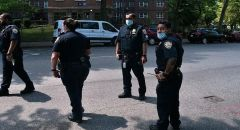 فيديو يوثق لحظة إطلاق الشرطة الأمريكية النار على فتاة من أصول إفريقية كانت تهم بطعن أخرى