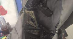 العثور على حقيبة بداخلها اجزاء اسلحة وذخيرة على جدار مدرسة في قلنسوة