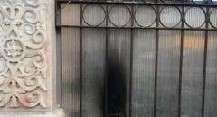 مستوطنون يضرمون النار بباب الكنيسة الرومانية في القدس