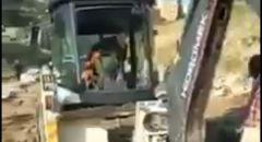اصحاب اراضي وادي الربابه في القدس يقفون امام الجرافات إحتجاجًا على أعمال تجريف بأراضيهم