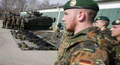 مصادرة أسلحة محظورة وأزياء تشبه زي الجيش الألماني