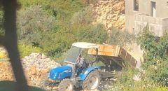 مخالفة سائق تراكتور مشتبه بالقاء القمامة بالقرب من منطقة سكنية في مدينة ام الفحم