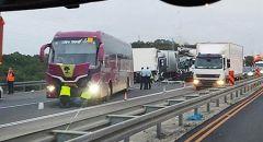 تصادم بين 3 شاحنات وحافلة على شارع الشاطئ