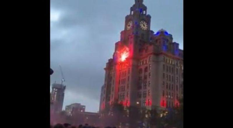 احتفالات جمهور ليفربول تتسبب في حريق بمنبى تاريخي