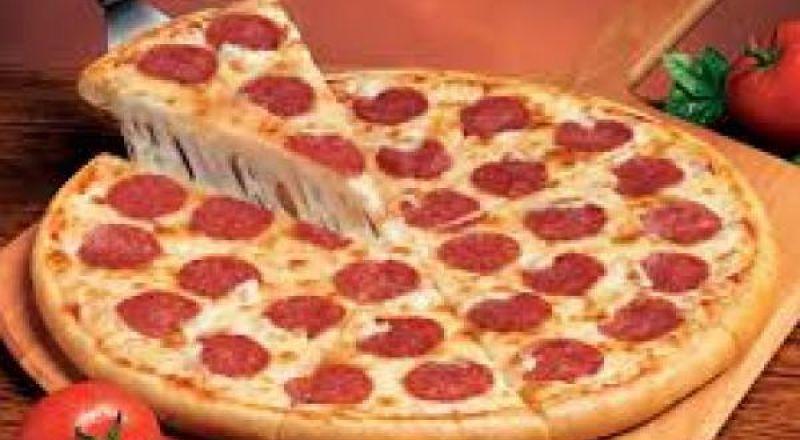 طريقة عمل بيتزا ببروني اللذيذة