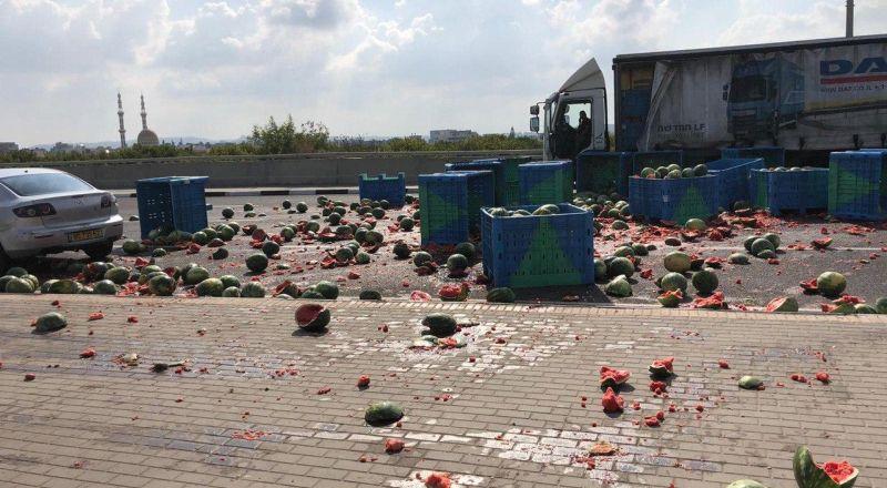 حادث طرق قرب مفرق جلجولية ادى الى سقوط حمولة هائلة من البطيخ واصابة شخص بجراح