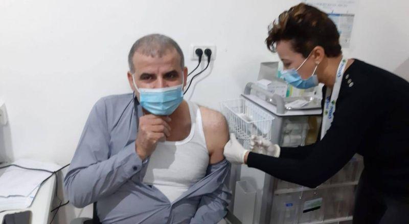 عرابة: اقبال كبير على التطعيم ضد الكورونا ورئيس البلدية اول المتطعمين