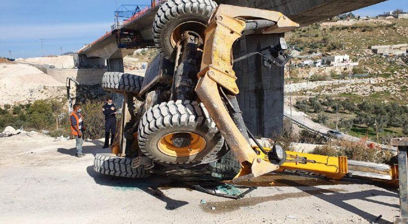القدس: إصابة شاب إثر انقلاب جرافة خلال عمله في شارع دير العامود بالقدس